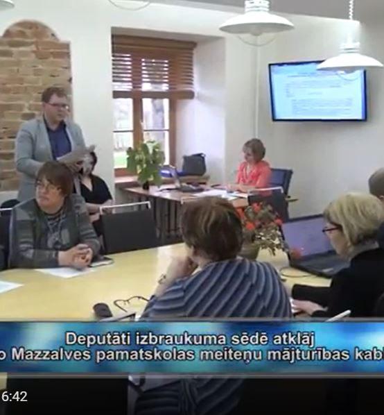 Deputāti izbraukuma sēdē atklāj jauno Mazzalves pamatskolas meiteņu mājturības kabinetu (VIDEO)