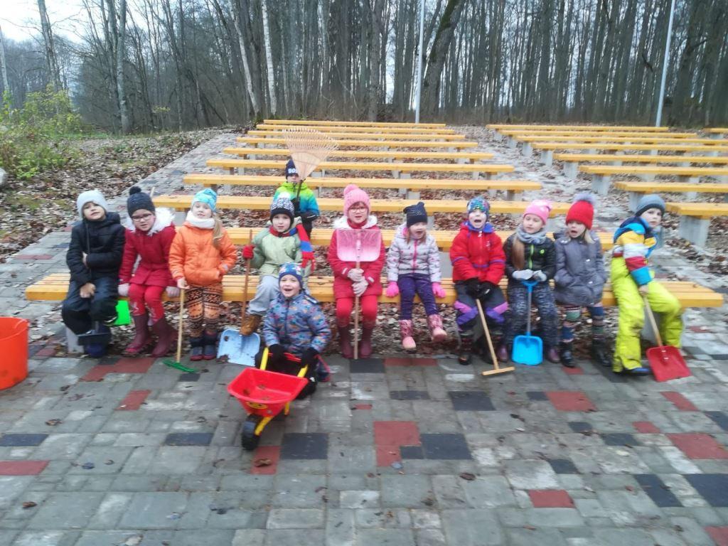 Gaidot Latvijas svētkus, sapošam skolas apkārtni