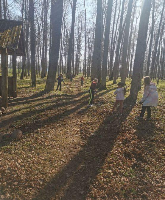 Skolēni talko parkā